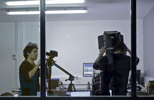 Equipe technique installe matériel de prise de vue pour captation d'un film d'entreprise