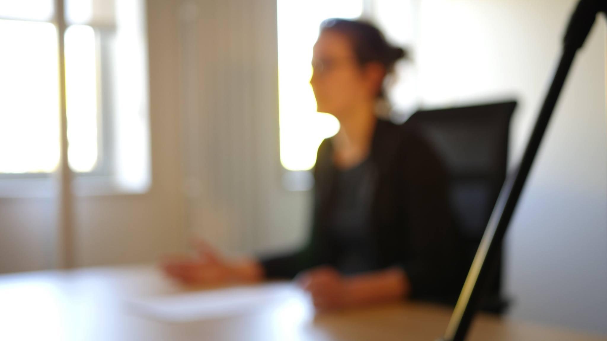 Actrice studio en train de jouer dans court-métrage à Toulouse.