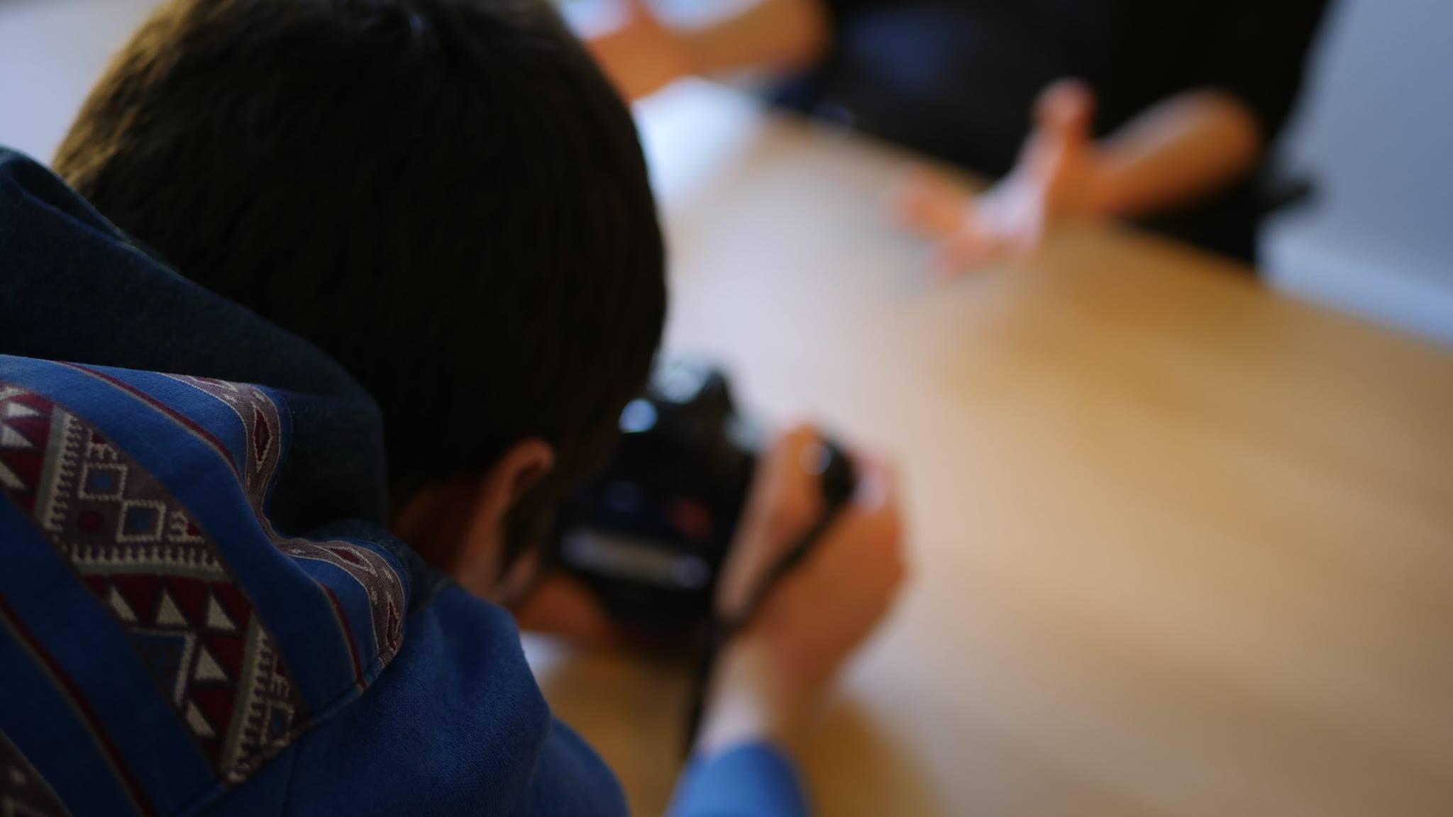 Laurent Moussinac derrière la caméra, tournage, interview.